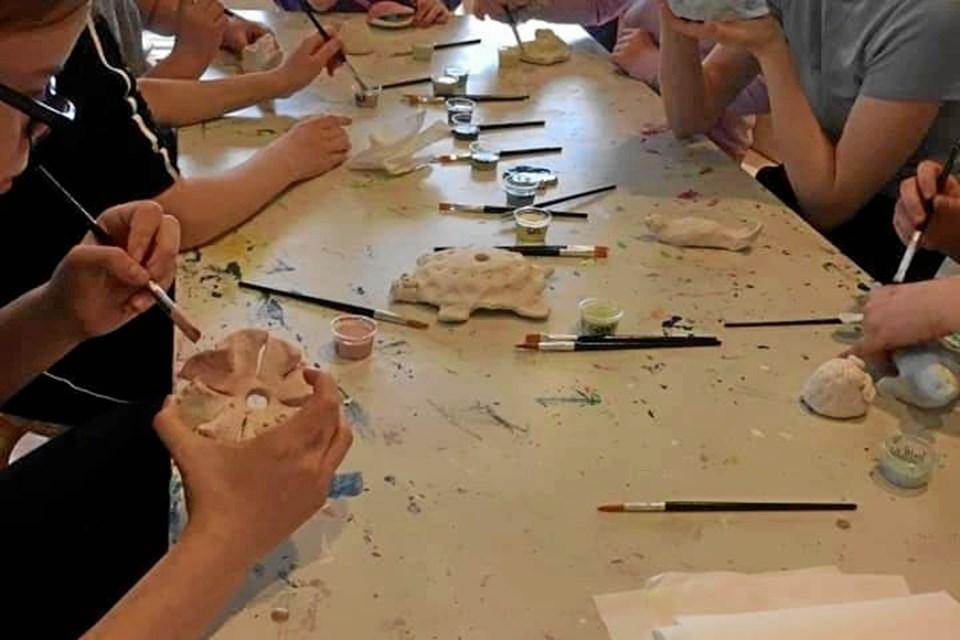 Der var mange spændende oplevelser for eleverne ved at arbejde med ler. Privatfoto