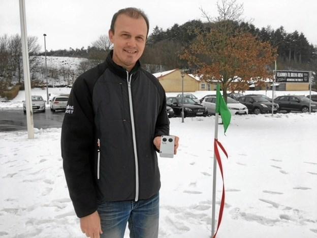 Allan Christensen med fjernbetjeningen, der kan sætte gang i det nye lysanlæg. Privatfoto
