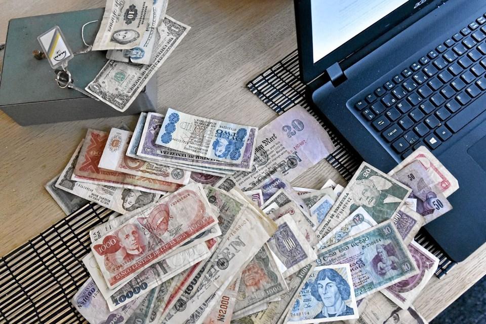 En imponerende samling af sedler fra hele verden også gamle sedler fra Danmark, lå i den grønne pengekasse da den blev åbnet. Foto: Ole Iversen