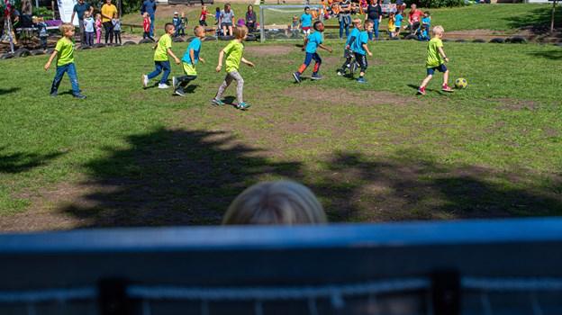 Det er en tradition, at byens børnehaver mødes til en årlig dag med fodbold og fællesskab. Selv om de ikke er så gamle, kunne de fint holde koncentrationen i de ti minutter lange kampe. Foto: Martin Damgård Martin Damgård