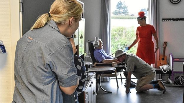 De ansatte var interesseret i at se de to klovne, når de besøgte en beboer. Her er det Kaj Jensen.Foto: Ole Iversen