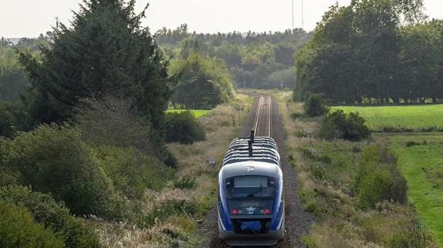 Når togene igen kører i Vendsyssel, er kun Nordjyske Jernbaners blå tog at se på skinnerne. DSB-togene er ikke indrettet til det nye signalsystem. Foto: Peter Broen
