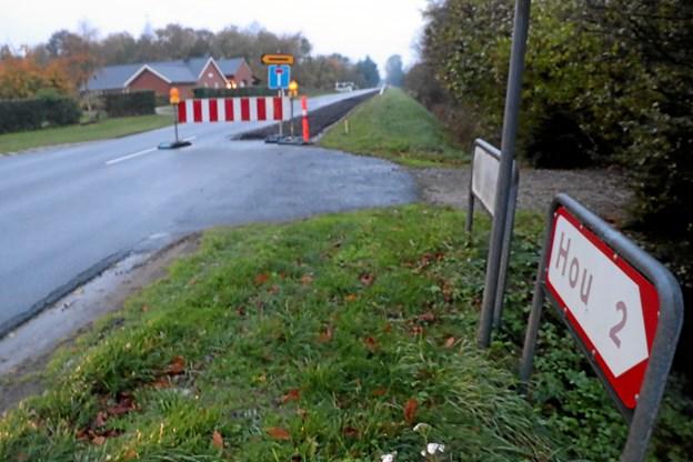 Et ledningsarbejde gør det nødvendigt at afspærre Houvej for gennemkørsel i perioden 29. oktober og 10 uger frem. Foto: Allan Mortensen