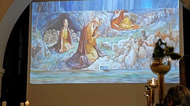 """Kirken var som vanligt fyldt til bristepunktet, da trompetist Johnny Schjoldager og organist Marianne Jakobsen indledte koncerten med præludium i D-dur """"Dietrich Buxtehude"""" ledsaget af lysbilleder, der viste juleevangeliets beretning om Jesu fødsel. Foto: Niels Helver"""