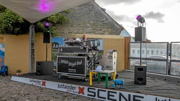 Panduro Oneman Band underholdt på Jutlander Bank-scenen ved Muslingebyens Havnecafe fredag. Foto: Mogens Lynge