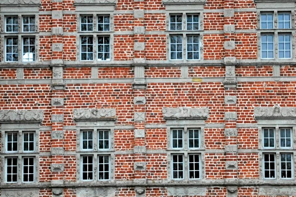Når man ser nærmere på vinduerne på øverste etage på Voergaard, får man det indtryk, at sålbænken ikke er særlig bred, så uanset om man lider af højdeskræk eller ej, så må det være meget ubehageligt at skulle holde fast i midtersprossen og læne sig ud for at kunne pudse de øverste ruder. Foto: Ole Torp Ole Torp