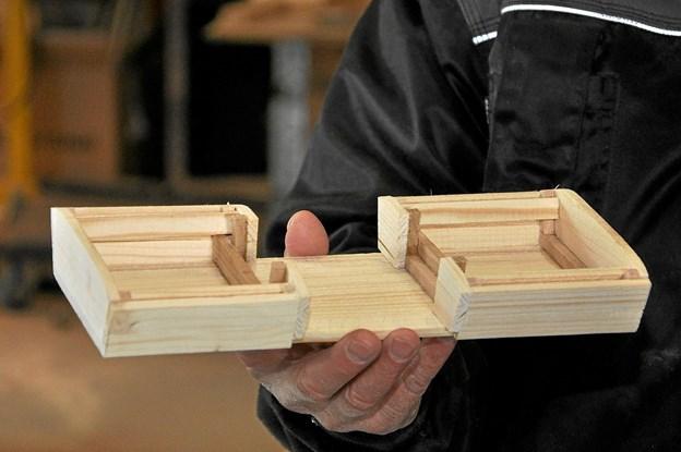 Der er lavet en lille model af vognkassen, som senere skal laves i stor størrelse. Man er i gruppen dog ikke helt færdige med at drøfte udformningen af den. Foto: Ole Torp