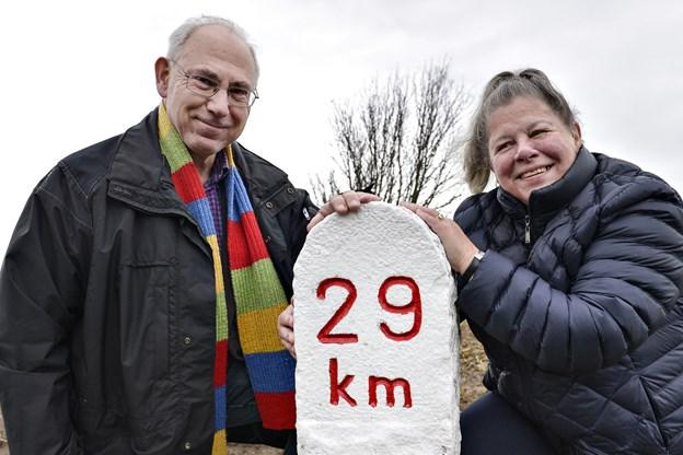 Vivi Dybdahl og Erik Clausager - hvad de to ved om lokalhistorien kan fylde mange tusinde sider - hér med kilometersten langs vejene mellem Hørby og Thorshøj. Arkivfoto: Bent Bach.