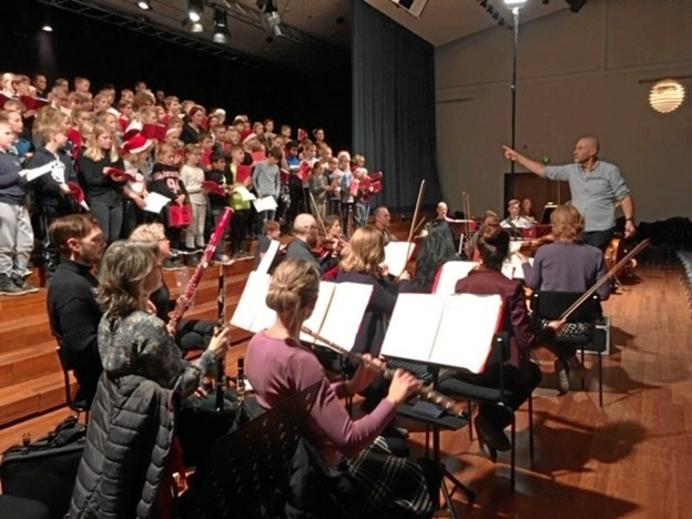 Eleverne og kammerorkestret leverede blandt et medley af Dejlig Er den Himmel Blå og kendingsmelodien fra Olsen Banden. Privatfoto