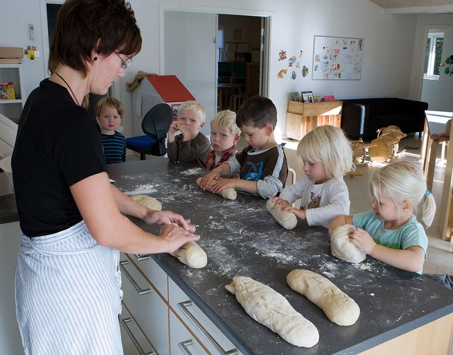 Børn bager for BørneTelefonen