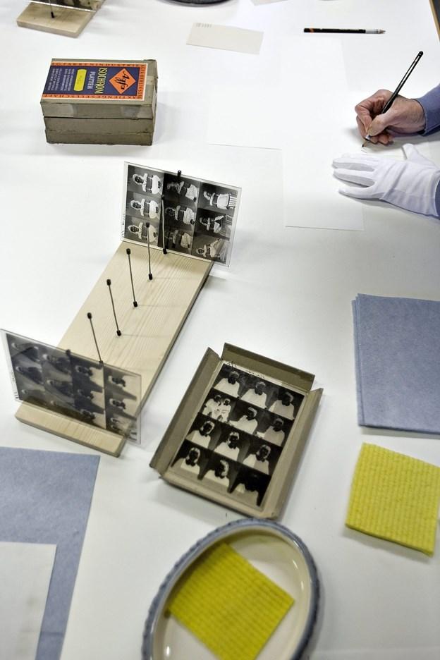 På arkivernes dag lørdag d. 10. november er der ekstraordinært åbent i arkivet. Arkivet rummer mange forskellige historiske dokumenter og billeder, der har relation til enkeltpersoners virke i området. For nogle år siden fik arkivet en meget stor samling af glaspladefotografier, der blev renset op.Arkivfoto: Claus Søndberg