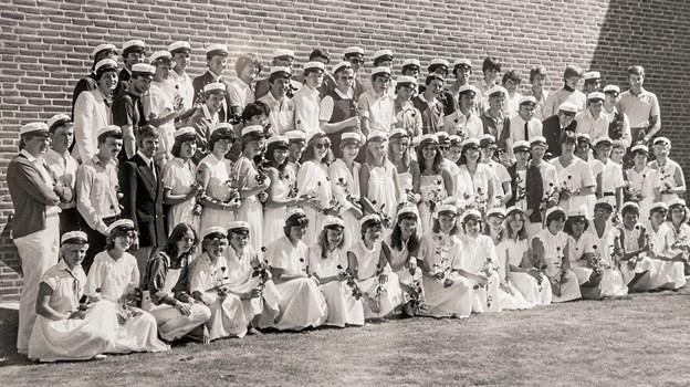 Det første kuld studenter fra Fjerritslev Gymnasium i sommeren 1982. Foto: Fjerritslev Gymnasium