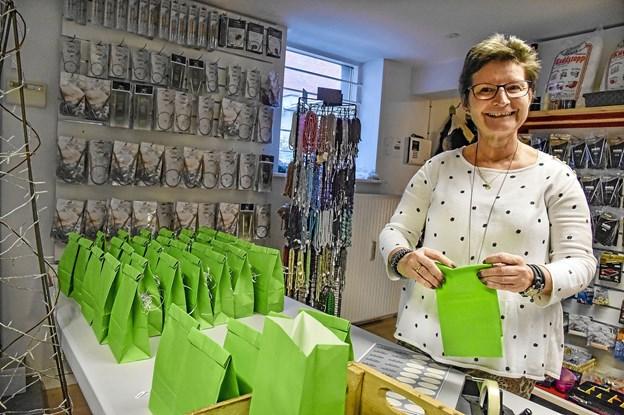 Nina Røntved Krog i gang med at pakke overraskelser i de grønne goodie-bags til de første 40 kunder til lørdagens 3-års fejring. Foto: Ole Iversen