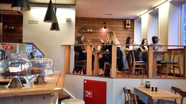 Der er godt fyldt på cafeen de fleste dage, fortæller indehaveren. Han elsker specialarrangementerne, men understreger, at det ikke er det, de lever af til daglig. Foto: Claus Søndberg
