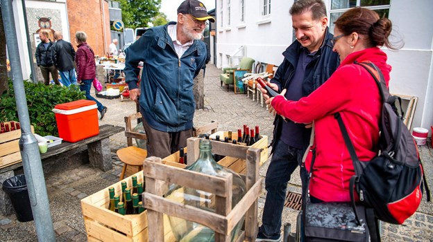 Den lokale vinbonde Karsten Fritzner i snak med to tyske turister. Foto: Diana Holm