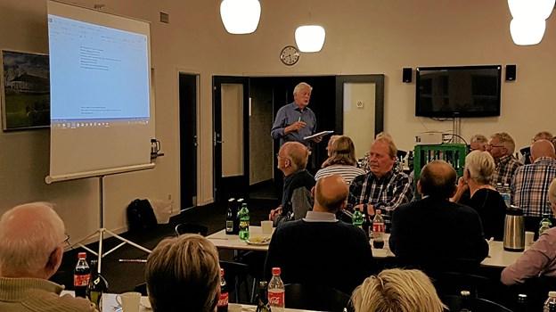 Her er en situation fra borgermødet i klubhuset i Klokkerholm, hvor Johannes Hovaldt fremlægger fra en af grupperne idéerne fra deres drøftelser om, hvorledes byen kan se ud efter kloakrenoveringen. Privatfoto