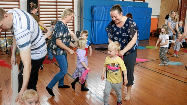 Børnegrundlovsfesten begyndte med en meget aktiv børnekoncert med Michael Back. Privatfoto