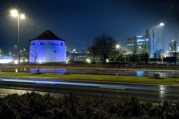 Igen i år bliver der sat blåt lys på Krudttårnet for at markere Verdens Diabetesdag i Frederikshavn. Arkivfoto: Lars Pauli