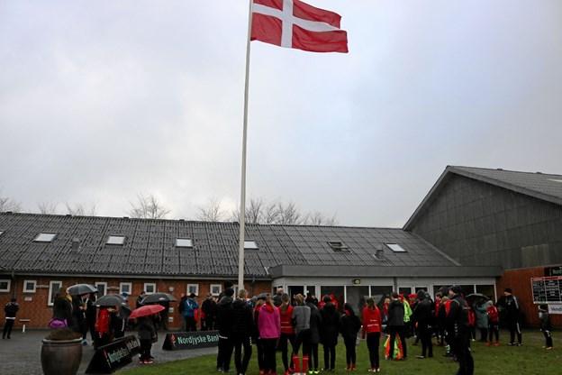 Alle I.F. Skjolds ungdomshold markerede sæsonstart med hejsning af flaget ved klubhuset. Foto: Tommy Thomsen