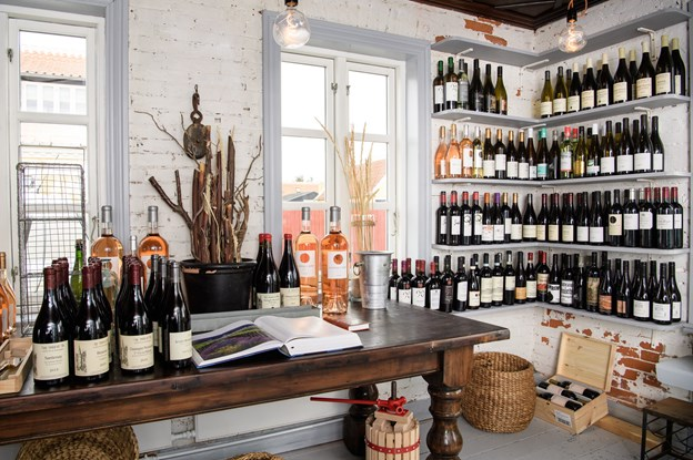 Planen er at holde åbent i den lille vinforretning hele året. ?Foto: Peter Broen. Peter Broen