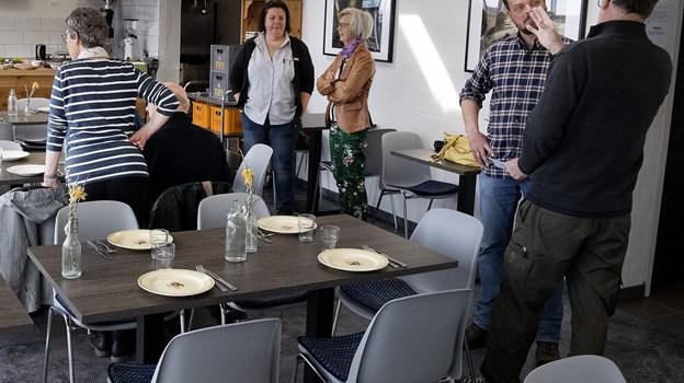 Indretningen er ved at være på plads - selv om de nye stole mangler. På væggene hænger Henrik Haaning Nielsens naturbilleder. Peter Mørk
