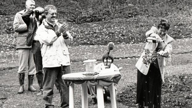 Claus Rask og Jette Dahl Møller sørger for, at rosen bliver døbt med maner