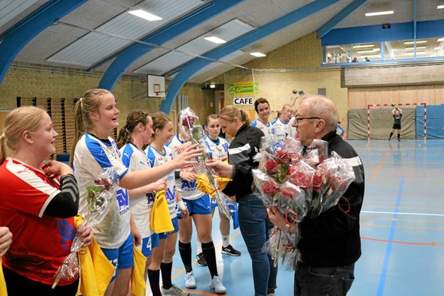 Efter sidste hjemmekamp fik spillerne overrakt trøjer af Lisbeth Aarup og roser af Vagn Frimer Jensen Foto: Tommy Thomsen Tommy Thomsen