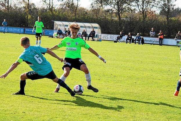 Jammerbugt FC´s Christian Rye prikker bolden fra modstanderen. Foto: Flemming Dahl Jensen