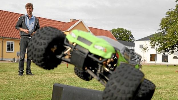 Der er fart over feltet, når Lars Jakobsen (i baggrunden) og de andre fans af fjernstyrede biler hygger på Torvet i Hals. Foto: Allan Mortensen