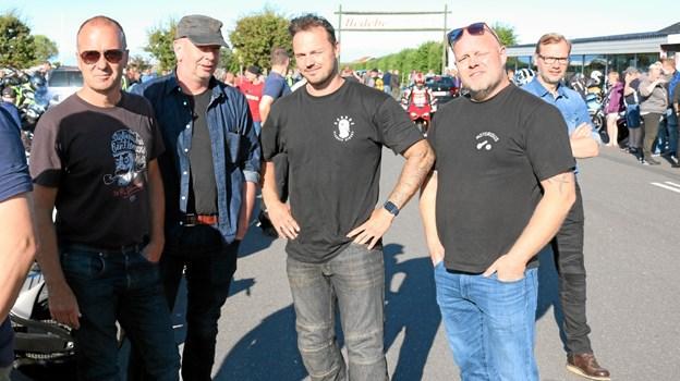 """Fem unge mænd i deres bedste alder, fra den nystartede klub """"Aarhus Classic Riders"""" havde taget turen til Sæby. Formanden Carsten Thomsen (mf) fortæller, at det var Michael Bundgaard (th) fra Hjørring, der havde opfordret dem til at køre en tur nordpå. Foto: Tommy Thomsen Tommy Thomsen"""