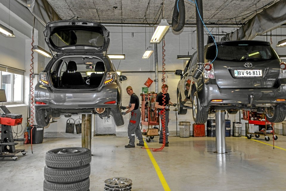 Værkstedet servicerede kunderne med et dækskifte, mens de kunne se den nye model. Foto: Mogens Lynge Mogens Lynge