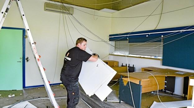 Onsdag var den indvendige afmontering i gang. Her i det centrale billetkontor. Foto: Ole Iversen Ole Iversen