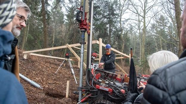 Fire iværksættere har fået grønt lys til at bygge en hytte i løvtræerne ved Als Odde. Her skal turister og andre kunne overnatte. Onsdag blev de første skruer til det bærende fundament banket i jorden. Foto: Henrik Louis Simonsen