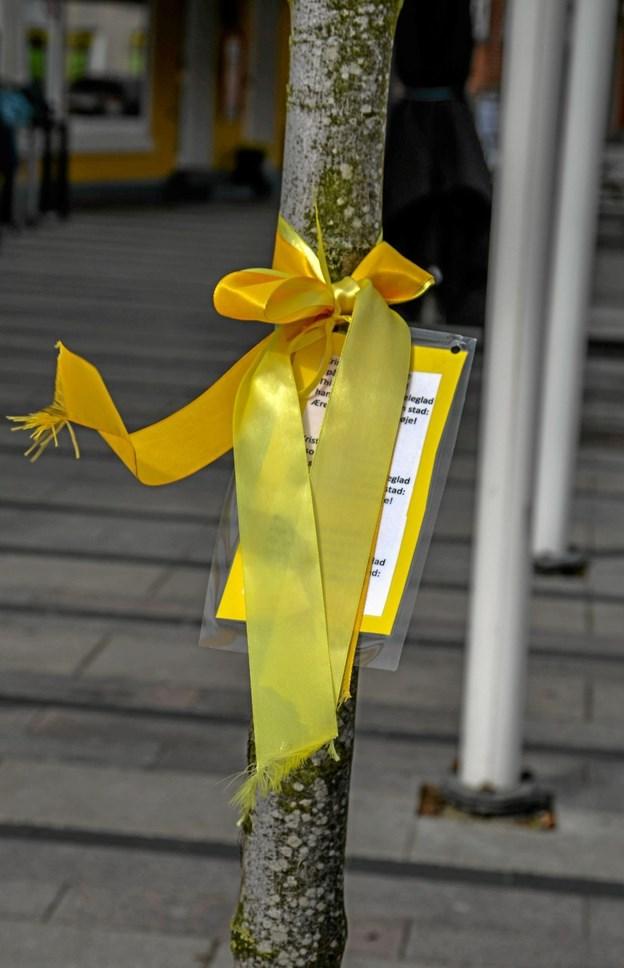 Hovedgadens træer er pyntet med gule sløjfer og små salmevers, hvis man får lyst til at synge af glæde i påskedagene. Foto: Mogens Lynge Mogens Lynge