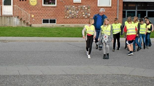 """I forbindelse med besøget fik eleverne udleveret en trafiksikkerhedsvest, en refleks og folderen """"Følg op på gode trafikvaner"""". Foto: Niels Helver Niels Helver"""