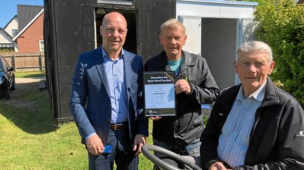 Frank Kristensen, direktør i Spar Nord Mariagerfjord, sammen med Henning Nielsen og Willy Nielsen fra Rold Bylaug. Privatfoto