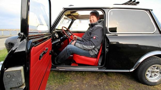 Den er ikke stor, men der er plads nok til Klaus Langeland i den fine Austin Mini fra 1971. Foto: Jørgen Ingvardsen Jørgen Ingvardsen