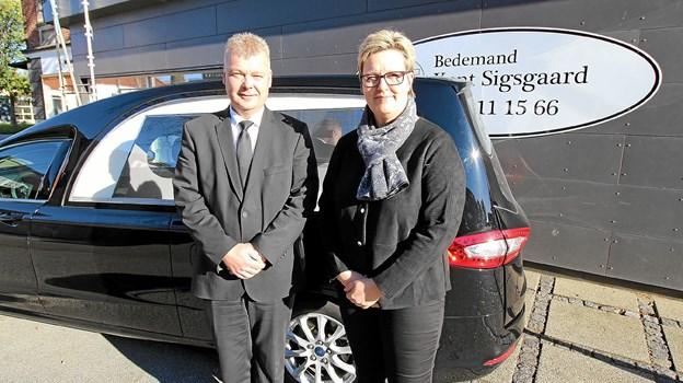 Bedemand Kent Sigsgaard sammen med sin nye medarbejder, Dorthe Thorsen Hansen, foran den ene af firmaets to rustvogne. Foto: Jørgen Ingvardsen