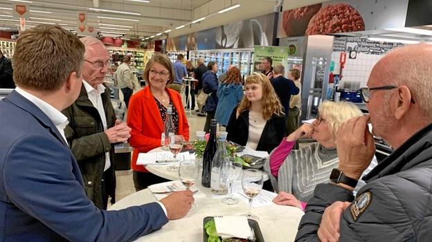 Spisning og debat foregik ved små borde. Foto: Jesper Vinther