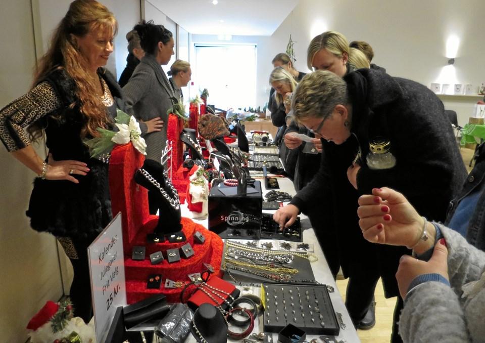 I den gamle biograf var der stort julemarked med mange stande bl.a. smykker fra Helga Winther, legetøj, sko, jakker, hjemmestrik og tasker. De mange mennesker kunne også deltage i konkurrencer hos 3 banker, ved at rafle eller gætte sig frem. Foto/tekst: hhr-freelance.dk