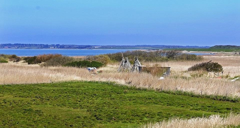 Flade Sø - i dag cirka 450 hektar stor, kan igen blive en del af Hvidbjerg Å-systemet, forudsat der laves et tilløb gennem diget der adskiller den fra Roddenbjerg Sø og et nyt udløb i den sydøstlige ende ved Tåbel. Arkivfoto: Jens Fogh-Andersen