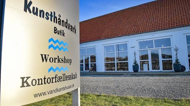 Skiltet fortæller hvad der kommer til at ske i Vandkantshuset fremad. Foto: Ole Iversen Ole Iversen