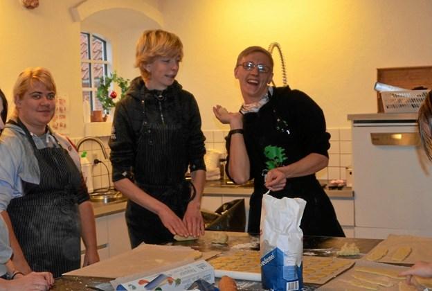 Anita, Tim og Mike bager julesmåkager.