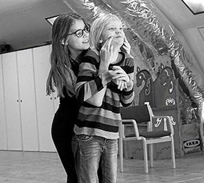 Lærdommen består blandt andet i at finde en grimasse, der kan passe. Der er stadig plads på Fyrkatspillets Dramaskole.  Privatfoto Picasa