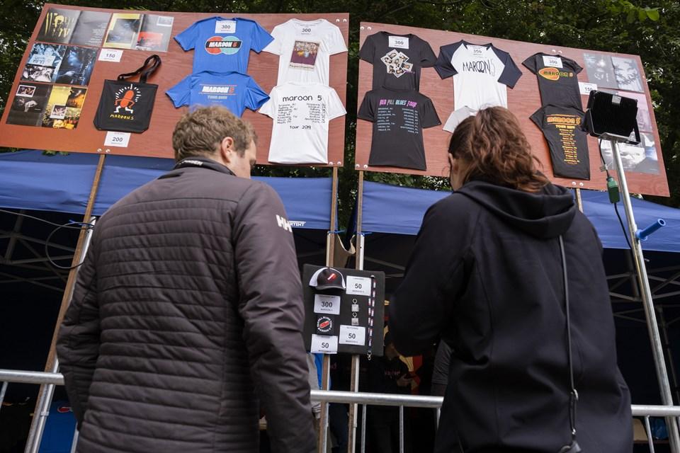 Der er stor interesse for at købe merchandise. Foto: Lasse Sand