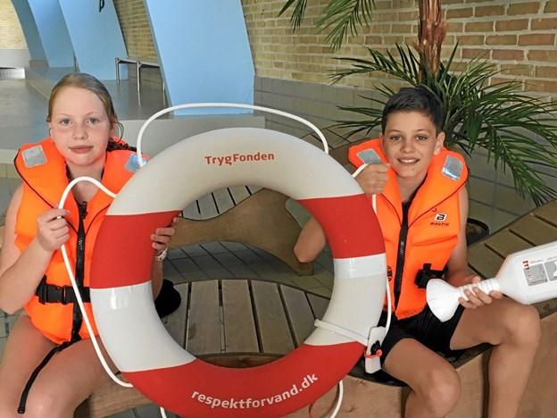 Martina Hansen og Andreas Sørensen viser det redningsudstyr, som skolen har fået doneret af Trygfonden. Foto: Privatfoto