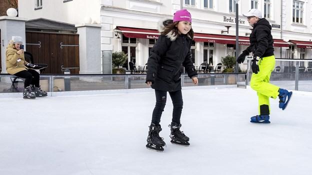 Halløjsa - her kommer jeg. Arina Johansen elsker at løbe på skøjter, og hun er en flittig bruger af den kommunale skøjtebane. Foto: Laura Guldhammer