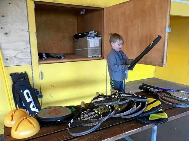 Fire-årige Laurits hjalp til, da ketsjere, bolde og legeredskaber skulle hentes frem fra gemmerne og klargøres til Løgstør Tennisklubs nye udendørssæson. Privatfoto