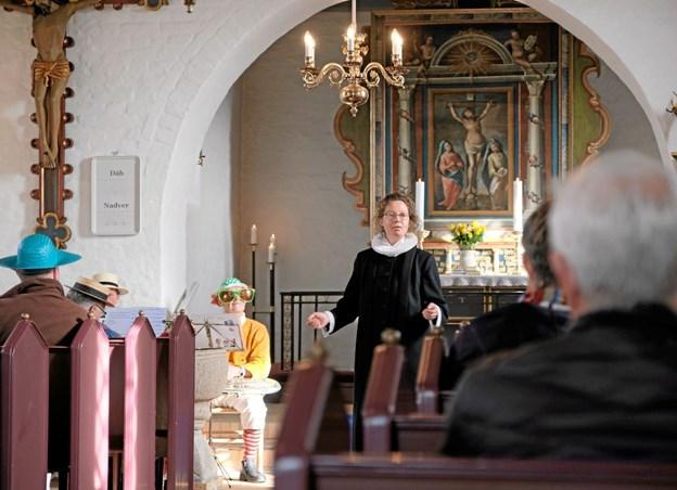 Sognepræst Iben Aldal fortalte om fastelavn og baggrunden for at børn og voksne klæder sig ud til forskellige lejligheder. Foto: Niels Helver Niels Helver