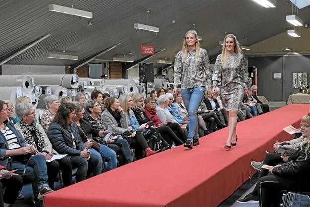 Mille og Berit viser, at man både kan være elegant i bluse og cowboybukser og i hel kjole. Foto: Niels Helver Niels Helver